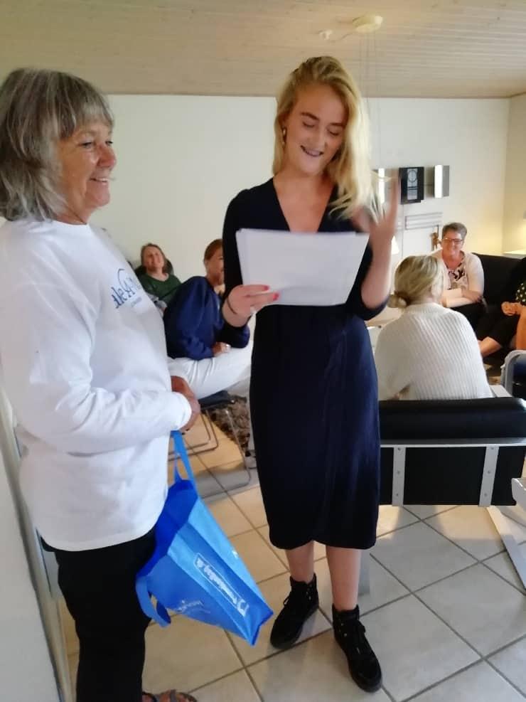 Hannah blev overrasket med et rejsegavekort og den flotteste kage