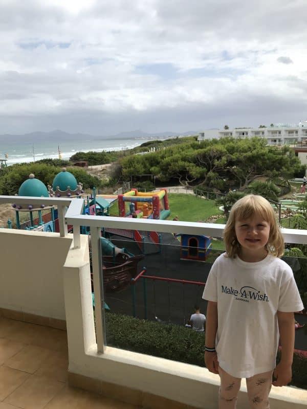 Emma var i ferieparadis med is, strand og børnedisco
