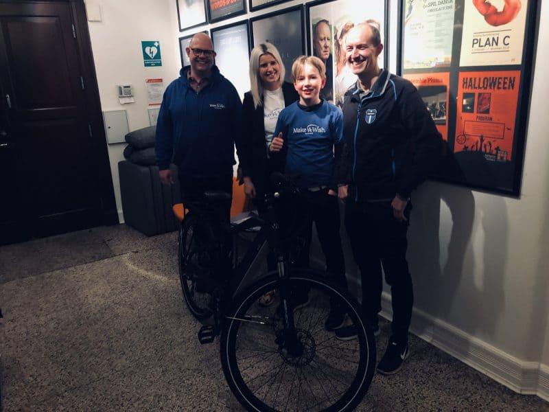 Med sin nye el-mountainbike kan Laurits igen fræse rundt med vennerne