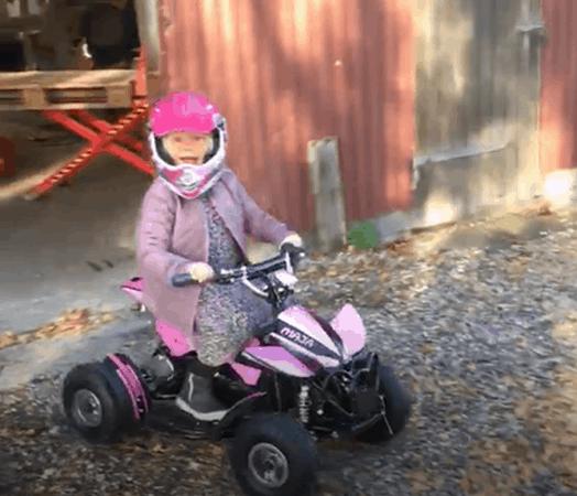 Maja i fuld fart på sin lyserøde drømme-ATV